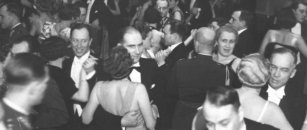 Bal 1. Pułku Ułanów Krechowieckich w Hotelu Europejskim w Warszawie podczas karnawału w 1938 r. Przedwojenne bale organizowane w hotelach i lokalach nie zawsze podobały się ówczesnym specjalistom od savoir-vivre'u. Jednak ich uczestnicy głosowali nogami, licznie wypełniając parkiety taneczne w hotelach i restauracjach.