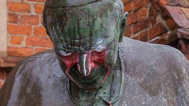 Zniszczony pomnik Jana Pawła II w Starogardzie Gdańskim