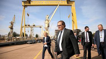 Marek Gróbarczyk zmierza na konferencję prasową koło 'stępki'