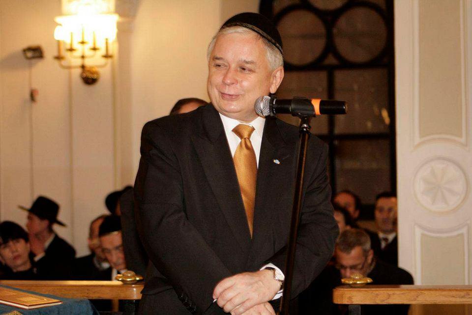 Lech Kaczyński na uroczystości zapalenia pierwszej świecy chanukowej w warszawskiej synagodze Nożyków. 21 grudnia 2008