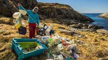 80 proc. śmieci w morzach i oceanach to plastik. Odpady trafiają również na plaże