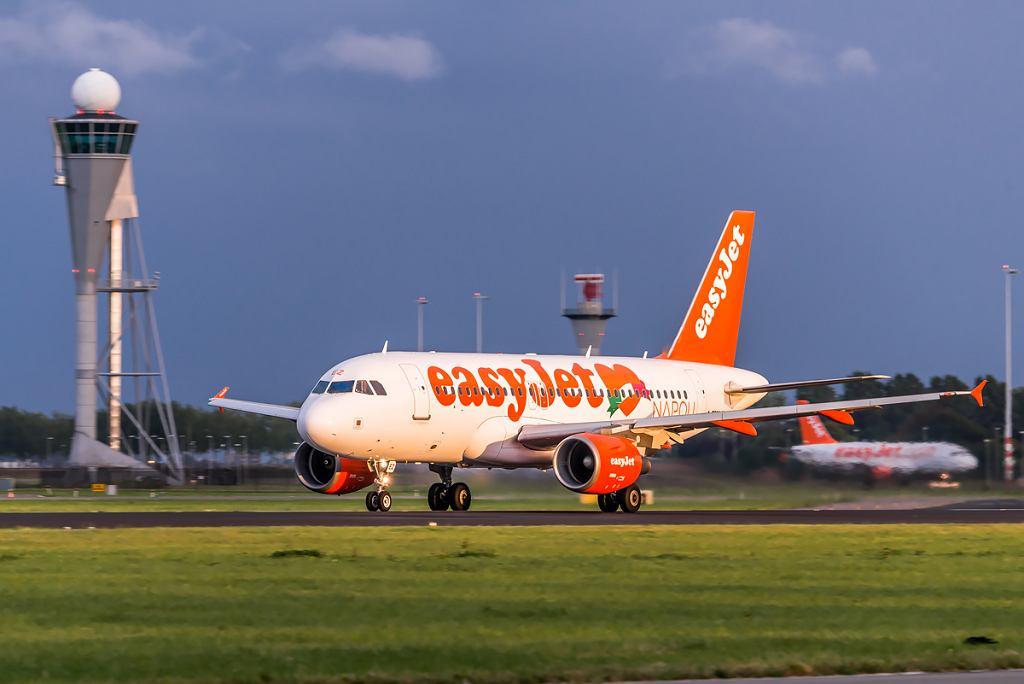 Samolot linii easyJet na lotnisku (zdjęcie ilustracyjne)