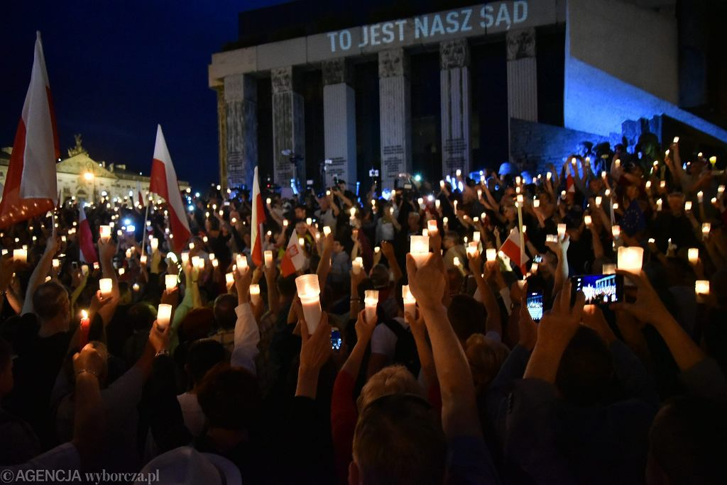 'Łańcuch Światła' - demonstracja w obronie niezależności sądownictwa. Warszawa, przed Sądem Najwyższym, 16 lipca 2017