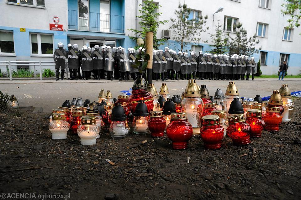 Funkcjonariusze prewencji i znicze przed komisariatem Policji na ul. Trzemeskiej, w którym zginął Igor Stachowiak. Wrocław, 17 maja 2016