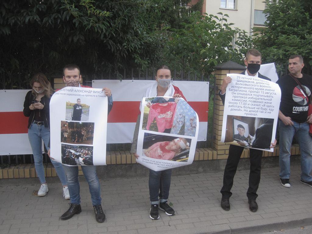 Kolejna pikieta pod konsulatem białoruskim w Białymstoku. Na ogrodzeniu przed budynkiem naprzeciw konsulatu - za zgodą tutejszych mieszkańców zawisło pięć dużych biało-czerwono-białych flag.