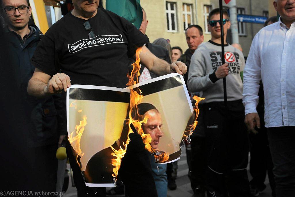 Marsz ONR przeciw Unii Europejskiej. Roman Zieliński pali zdjęcie Rafała Dutkiewicza