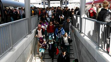 Imigranci na dworcu Passau w Bawarii przejechali z Linzu w Austrii