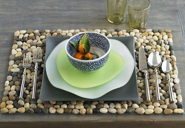 Kamienne podkładki pod talerze nie tylko chronią drewniany stół, ale tez dodają mu niepowtarzalnego, rustykalnego, ale i nowoczesnego wyrazu.