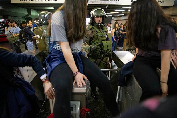 Chile. Protest uczniów przeciwko podniesieniu cen biletów metra.