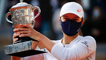 Iga Świątek z pucharem za triumf w Rolandzie Garrosie. W finale pokonała Sofię Kenin