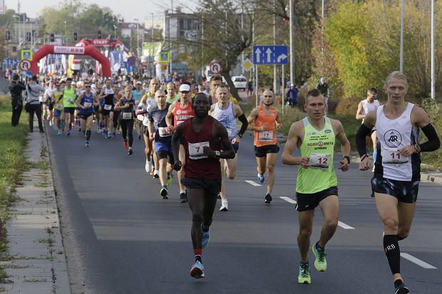Zdjęcie numer 34 w galerii - Ponad 1200 biegaczy na starcie 37. Toruń Maraton, wygrał Łukasz Oskierko [ZDJĘCIA]