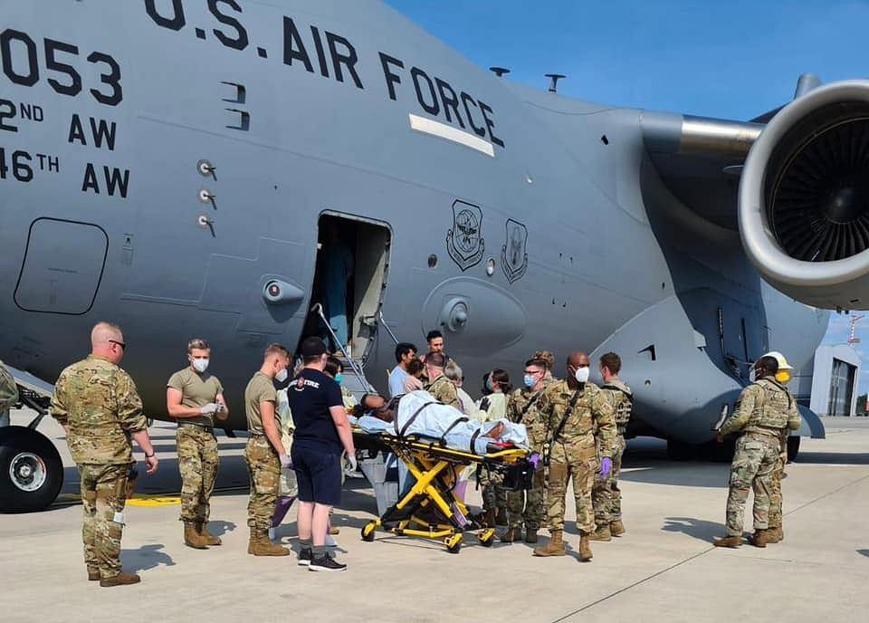 Narodziny dziecka na pokładzie amerykańskiego samolotu ewakuacyjnego.