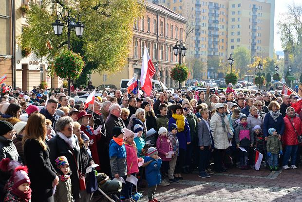 Zdjęcie numer 0 w galerii - Święto Niepodległości w Bielsku-Białej. Mieszkańcy przyszli na plac Ratuszowy [ZDJĘCIA]