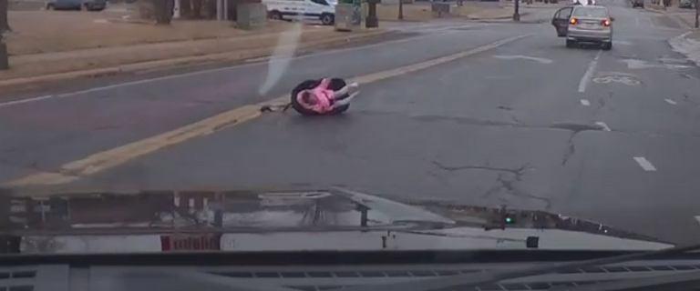 USA. Dwulatka w foteliku wypadła z auta. Rodzice pojechali dalej