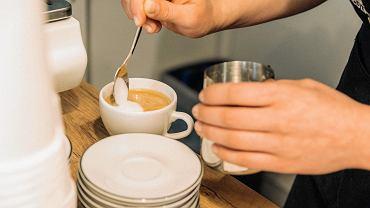 W czwartek oficjalnie została otwarta kawiarnia 'Co ludzie powiedzą'. Mieści się przy ul. Leszczyńskiego 38. 'Lublinianie będą mogli przyjść napić się dobrej kawy, popracować w darmowej przestrzeni co-workingowej, czy poczytać kultowe pozycje z brytyjskiej literatury. To nowa propozycja na kulinarnej mapie Lublina, w której menu nawiązuje do smaków pochodzących prosto z Wysp Brytyjskich' - reklamują miejsce właściciele kawiarni. Tutaj będzie można napić się serwowanej w dzbanuszkach Queen's Tea, herbaty, którą pije Elżbieta II i brytyjska rodzina królewska. W menu będzie P.G. Tips - herbata brytyjskich robotników (Builder's Tea) podawana w tradycyjny sposób z dzbanuszkiem mleka. W tygodniu kawiarnia ma być czynna od godz. 7.15 by pracownicy pobliskich biur mogli przyjść na kawę czy na śniadanie przed pracą.  md