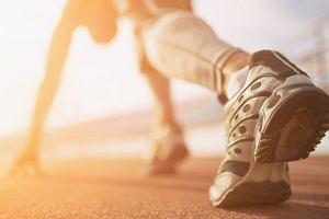 Strój do biegania to podstawa treningu. Jak wybrać strój do biegania? Co jest potrzebne do biegania?