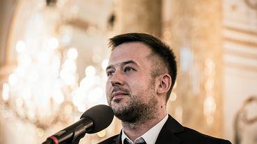 Nauczyciel Roku - Przemyslaw Staron z II LO im. Bolesława Chrobrego w Sopocie obiera nagrodę podczas gali finałowej konkursu. Warszawa, 9 października 2018