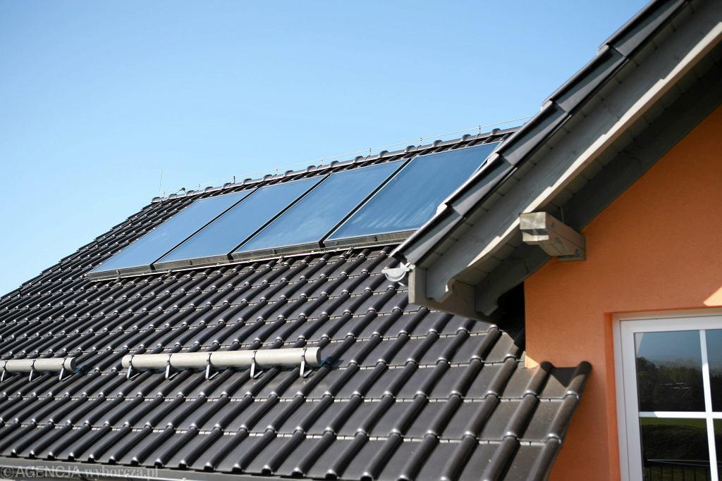 Panele słoneczne na dachu domu jednorodzinnego