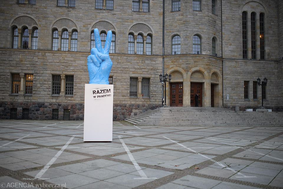 Rzeźba 'Razem w pandemii' przed CK Zamek w Poznaniu