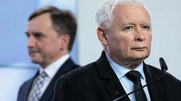 Jarosław Kaczyński (P) i prezes Solidarnej Polski Zbigniew Ziobro (L)