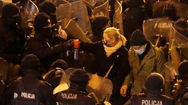 Policjant pryska gazem w twarz posłanki Barbary Nowackiej (pokazuje legitymację poselską). Strajk Kobiet - pikieta przeciw zaostrzaniu prawa aborcyjnego. Warszawa, 28 listopada 2020