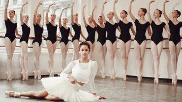 Misty Copeland do sali treningowej trafiła prosto z boiska do koszykówki. Tam właśnie zobaczyła ją nauczycielka baletu, która już po pierwszej lekcji z Misty przyznała, ze nigdy wcześniej nie widziała amatora, który tak szybko uczyłby się pozycji baletowych. W wieku 16 lat Misty przeprowadziła się ze swojego rodzinnego miasta do Kalifornii, żeby trenować pod okiem bardziej doświadczonych trenerów. W wieku 19 lat dołączyła do prestiżowego American Ballet Theatre. <br><br> W 2001 roku Misty była jedyną czarnoskórą dziewczyną wśród 80 koleżanek. Sześć lat później została pierwszą czarnoskórą solistką. <br> <br> W lipcu 2015 natomiast ogłoszono Misty pierwszą czarną primabaleriną w 75-letniej historii American  Ballet Theater.