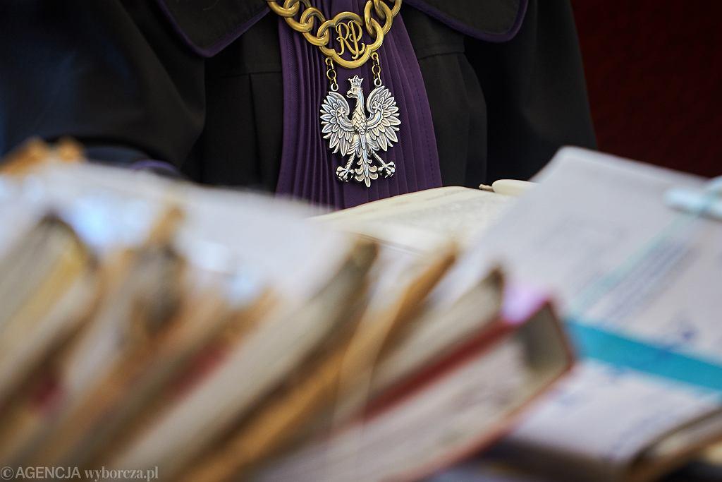 Prokurator z Warszawy kazał kobietom się rozbierać i żądał od nich seksu. Skrzywdził tak 19 kobiet