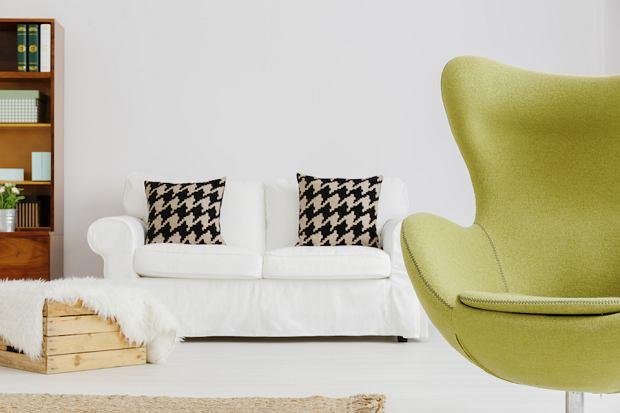 """Fotele i krzesła King Home. Mamy kultowe """"Jajo"""" z filmowego planu"""