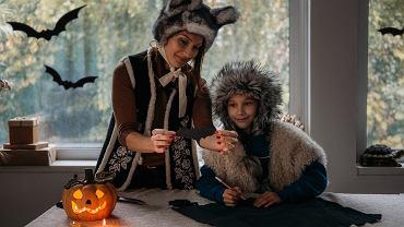 Zabawy na Halloween 2021 - pomysły na spędzanie czasu, które spodobają się każdemu dziecku. Zdjęcie ilustracyjne