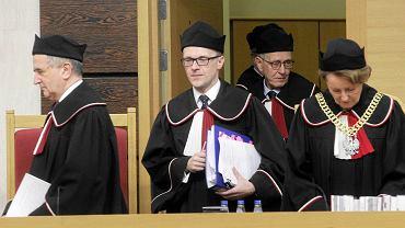 Leon Kieres, Marek Zubik i Sławomira Wronkowska-Jaśkiewicz podczas posiedzenia Trybunału 3 grudnia br. Kieres i Wronkowska-Jaskiewicz zostali zgłoszeni do TK przez PO, ale poparł ich także PiS