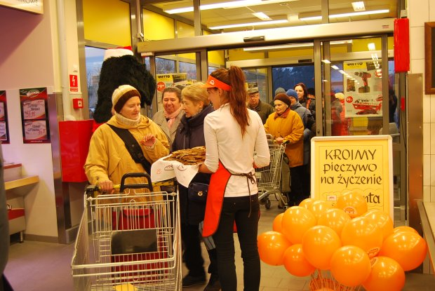 Zdjęcia z otwarcia pierwszego sklepu Netto w Warszawie, przy ul. Wisełki.