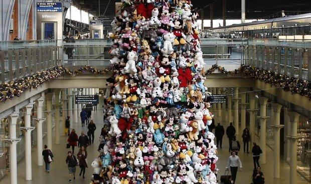 Największa na świecie choinka ozdobiona postaciami znanymi z animowanych filmów Disneya