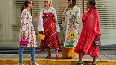 Zwiewne sukienki w street style'owych stylizacjach
