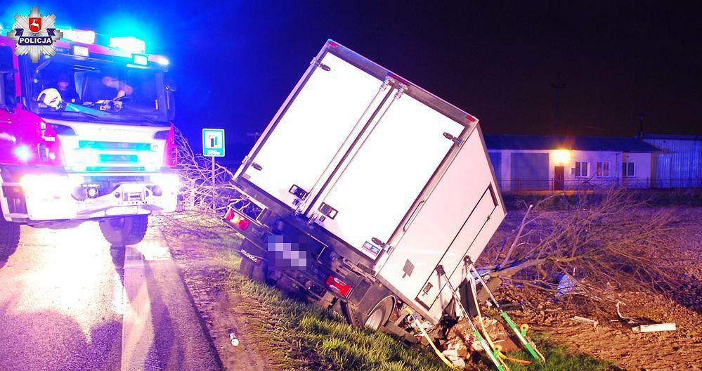 Zemborzyce Tereszyńskie. Kierowca, który prawdopodobnie próbował ominąć sarnę, uderzył w drzewo. Zginął pasażer.