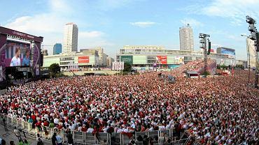 Tłum kibiców w strefie kibica na placu Defilad w 2012 roku