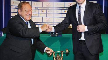 Szef Światowej Federacji Ponoszenia Ciężarów Tamas Ajan i Szymon Kolecki