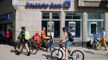 Ludzie przed oddziałem Deutsche Banku w Kolonii.