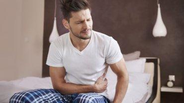 Wśród częstych objawów raka trzustki znajdują się między innymi: utrata apetytu, wzdęcia, nudności, biegunki czy bóle w górnej części brzucha.