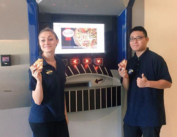 Pizza ATM pojawił się na kampusie University of Xavier w stanie Ohio. Pizzę serwuje 24 godziny na dobę, 7 dni w tygodniu