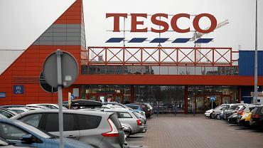 Wielka Brytania. Tesco racjonuje podstawowe produkty. Sprzedają po pięć sztuk na osobę