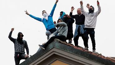 Więźniowie organizują protest przeciwko nowym zasadom walki z koronaawirusem, na dachu więzienia San Vittore w Mediolanie, 9 marca 2020 roku.