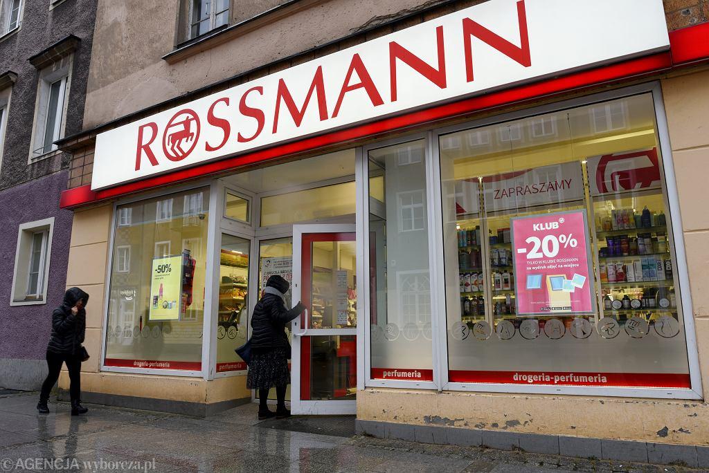 Rossmann i Sephora rozdają darmowe kosmetyki? Nie daj się zwieść, to prosta droga do straty pieniędzy