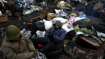 Protestujący odpoczywają na barykadach na Placu Niepodległości w Kijowie