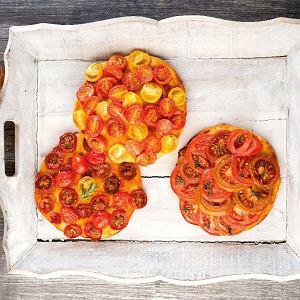 Małe pizze z pomidorkami koktajlowymi