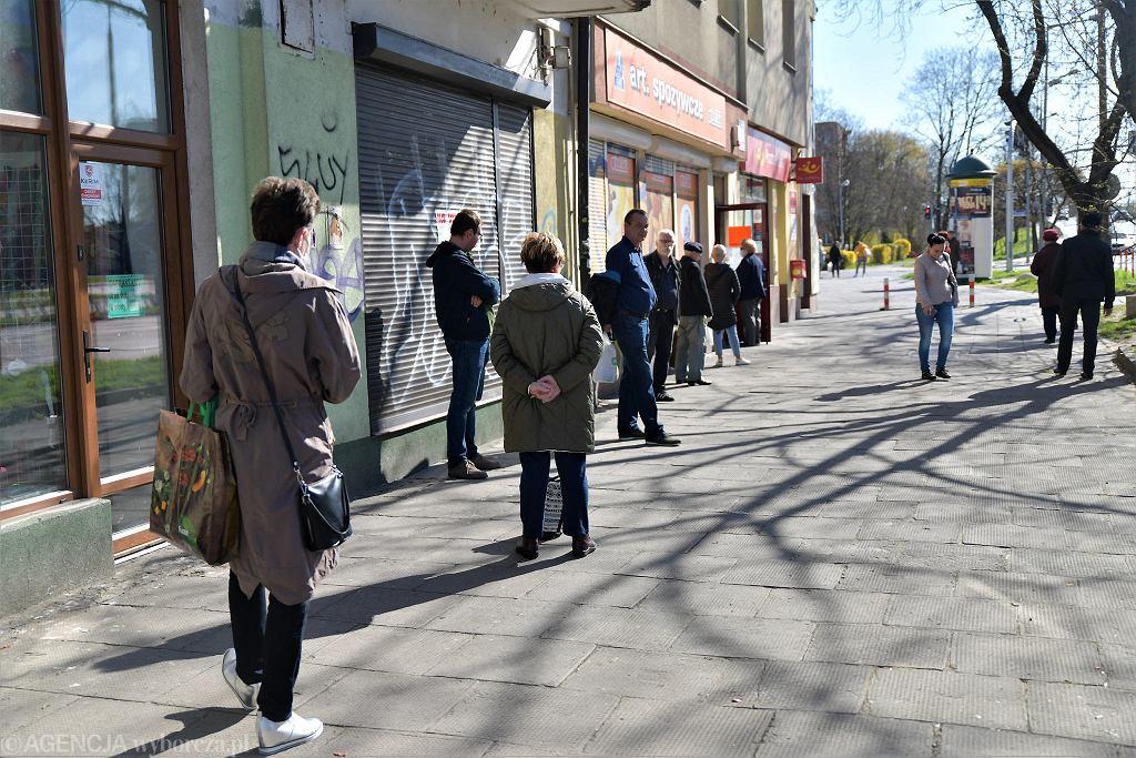 Kolejki do sklepów przed Wielkanocą są spowodowane obostrzeniami związanymi z epidemią koronawirusa