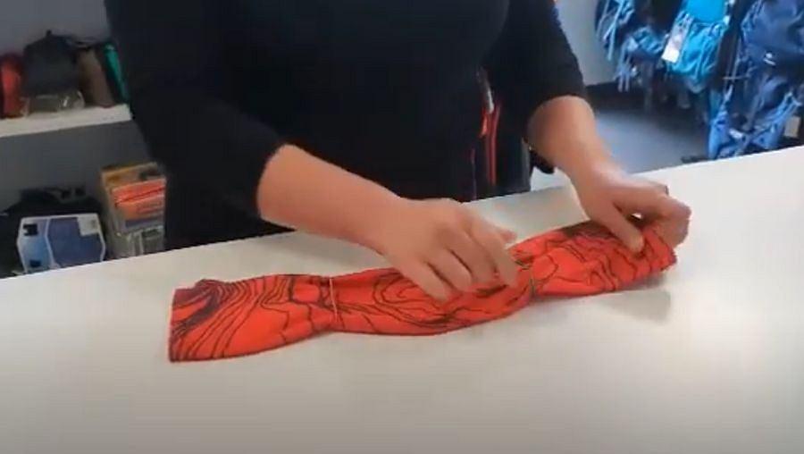 Jak zrobić maseczkę ochronną na twarz z chusty lub bandamki? Prosty przepis DIY bez szycia [WIDEO]