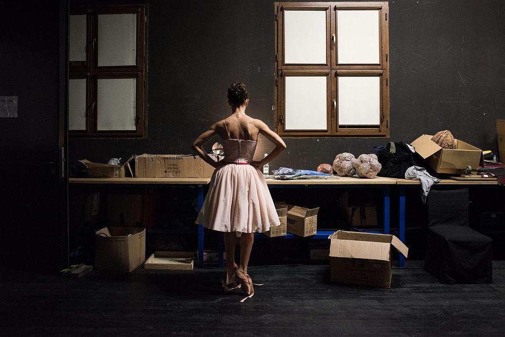 'Ksenia Neumets przygotowuje się do próby generalnej baletu Dziadek do orzechów', Opera na Zamku w Szczecinie, fot. Piotr Gamdzyk