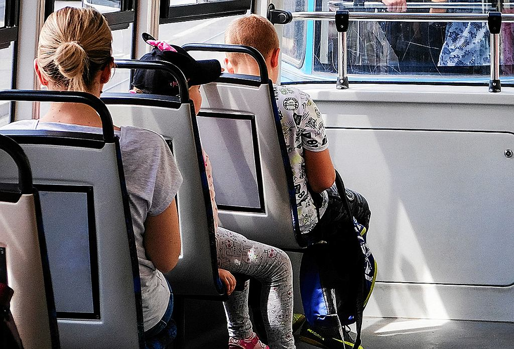 05.07.2018 Krakow . Dzieci w tramwaju   Zdjęcie Ilustracyjne