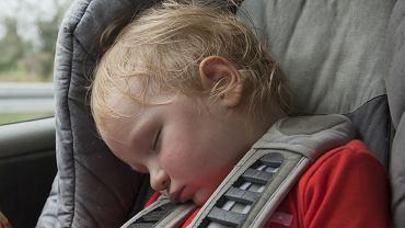 Opadająca główka dziecka w foteliku to zmora rodziców. Oto przyczyny