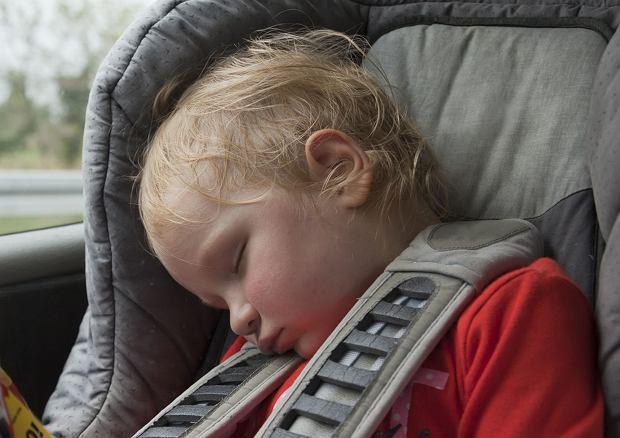 Nie zostawiaj dziecka w nagrzanym samochodzie. Apele słyszymy od lat, wciąż nic sobie z nich nie robimy